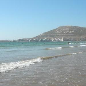 La plage d'Agadir et la colline - symbole du tremblement de terre