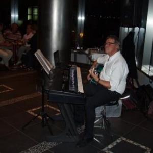 hotel pajara beach - enrique, pianiste, guitariste et chanteur