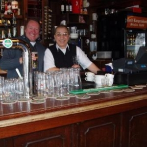 cafe karpershoek avec le barman adel