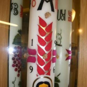 L'artiste a voulu associer la croix a des epis, qui deviendront le pain de vie. On distingue aussi le fruit de la vigne (il y a toujours un effet des miroirs)