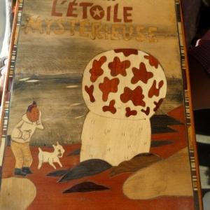Tintin se pose une question. Marquetterie d'un artiste malgache.