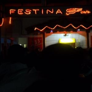L'enseigne clignotante de Festina: musique hot, cocktails energetiques XX, bieres guinness analgesiques