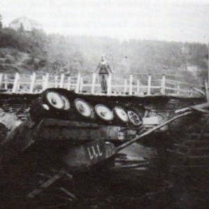 Der verschuettete Tank in der Ourtheam 15. Januar 1945.