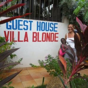 Villa Blonde. Une vue du jardin, avec Madame Blonde et sa fille Maggy