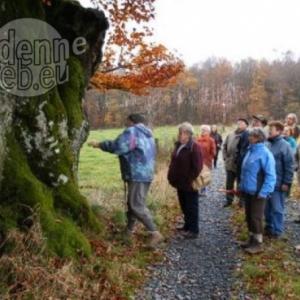 Le groupe des seniors de Houffalize, halte au cours d'une promenade (2007).