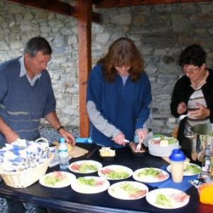 A l'Ermitage, salade, jambon, fromage: Andre Cara, Anne Masset (sans se salir les doigts!), et Marie-Ange Cara