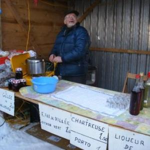 En face de Monique, un autre symathisant de l'UNICEF: Andre, l'homme qui vit de la cueillette de fruits sauvages, et les distille dans le secret de sa cave.