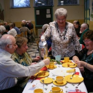 la table aux tasses jaunes