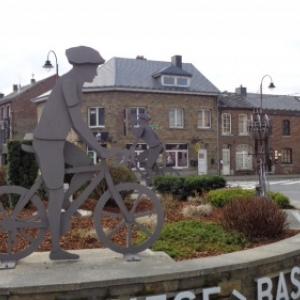 am Kreisverkehr (rond-point) von Bastogne