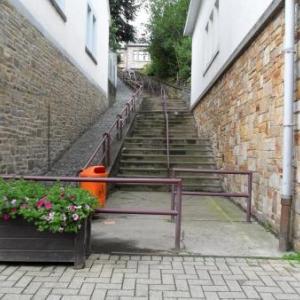 Les escaliers: octobre. A 7 heures du soir, tout sera dans le noir.
