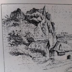 Le long rocher entre le site de l'ecole, en surplomb, et l'Ourthe, a droite, derriere la poterne.