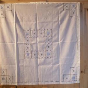 """29. LA merveille: nappe 1x1m, avec 4 serviettes, toutes cinq avec jours """"fait-main"""" sur tout le pourtour, broderie masloul, de Tibhirine"""
