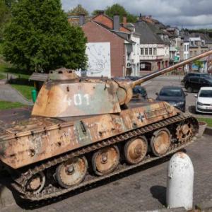 Der Panzer (in Wirklichkeid 111) wird zum Ehrendenkmal im Zentrum von Houffalize. Die Zahl 401 ist falsch, in Wirklichkeit ist es die 111) Foto: Philippe Jaeger Elias Chief Research Officer.