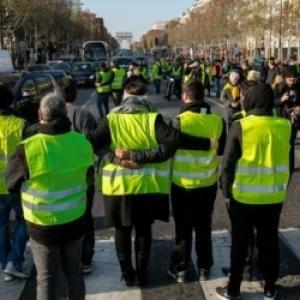 Les Gilets jaunes remontent les Champs Elysees.