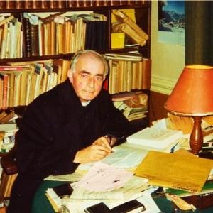 Feu Jean Kobs, illustre poete houffalois, vraisemblablement ici dans son presbytere a Dinez