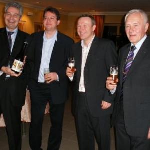 pas de doute, la Lupulus rend jovial. Philippe Collard, Etienne Lesuisse, Fr. Welschen, Jean-Claude Cremer, une bouteille ou un verre de Lupulus en main(s), peuvent en attester...