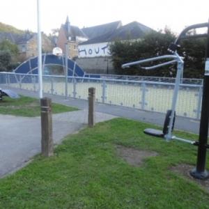 L'aire de fitness, entrecoupee par un espace goudron-pavement, par ou le mini-foot est accessible aux spectateurs (?). Parfois de parking.