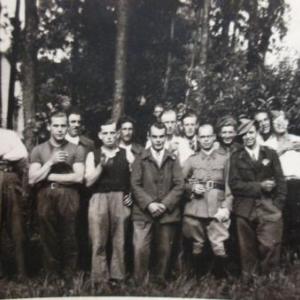 Paul, sur la gauche. L'homme aux bottes et aux lunettes n'est pas un autochtone: il s'agit de Leon Thonon, de la region de Liege.