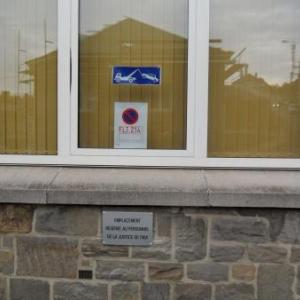 Le bureau du juge de paix: l'affichage reserve un emplacement de parking sur le trottoir