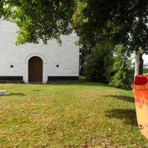 1. Devant la chapelle St-Roch. Ceci n'est pas un urinoir pour Hollandais...
