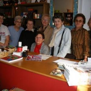 1. Oxfam: une partie de la troupe de choc des Houffaloises: Marie Dubois, Lily Daulne, Denise Devalte, Juliana Bours, Chantal Remy, Madeleine Flammang, Renee Bergmann et, assise, Renee Grosjean.