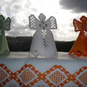 2. petits anges, broderie masloul (8 euros chacun). La grande nappe, chemin de table: 45 euros