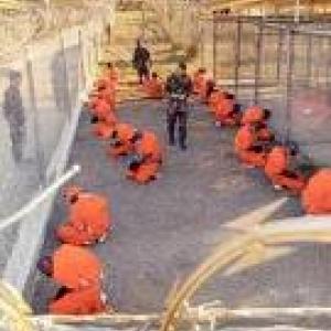 Pour le fun, une autre mise en valeur de la couleur orange: les prisonniers de Guantanamo.