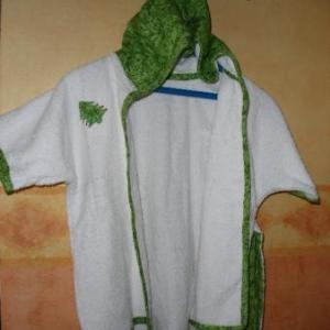 21. centre de formation (couture) de la Casbah d'Alger. Peignoir pour nourrisson, avec bordure et capuche, petit motif -un sapin- cousu sur la poitrine (12 euros)