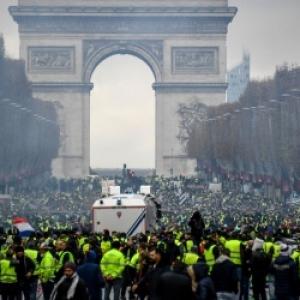Gilets jaunes devant l'Arc de Triomphe, Champs Elysees.