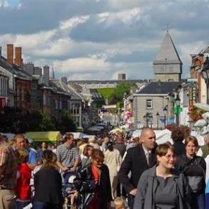Bastogne, grand-rue, jour de braderie. Image Office du Tourisme.