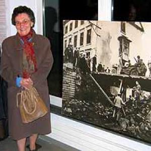 Lily Daulne et Nelly Simon. La photo noir et blanc n'a rien a voir avec l'Offensive, mais bien avec la Liberation (pont Lanham, route de Liège à Houffalize) quelques mois plus tot.