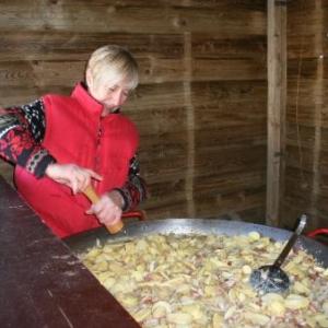 A Houffalize, une seule personne travaille encore a l'ancienne. Monique. Son moulin n'est pas electrique, et elle a fait son feu avec deux morceaux de silex. Elle mange rarement toute seule.