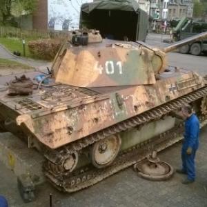 Maenner bereiten den Tank fuer seine Abfahrt in Renovierung vor. Philippe Jaeger Elias Chief Research Officer.