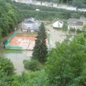 Le terrain de tennis partiellement inondé et inaccessible (vue depuis le haut de Pierreuse)