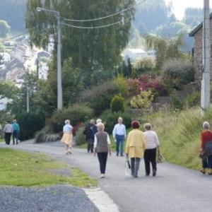 on descend Ste-Anne, un parcours entre des maisons coquettes; dans le fond: Houffalize