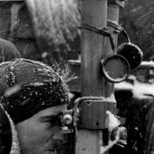 Joachim Peiper qui regarde dans un telescope en ciseaux, hiver 41-42