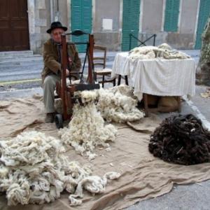 Un cardeur (travail souvent sur la rue, car beaucoup de poussieres).