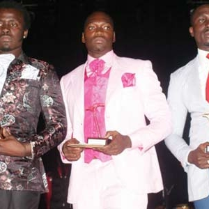 remise de prix aux gagnants d'un concours de sapeurs (Abidjan)