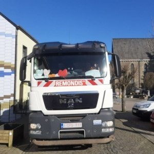 Le camion, et le pare brise avec l'ornement de quelques coeurs mis par le chauffeur