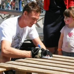 Nicolas Massart, autographe pour sa plus jeune admiratrice