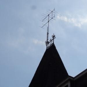 """Antenne """"rateau"""" dominant la maison communale. Mis en place par Victor Simon il y a 60 ans. Sans garantie."""
