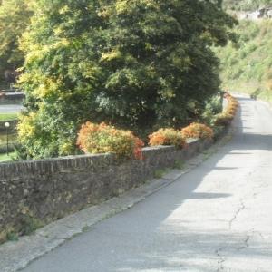 Houffalize Minigolf.   Rue de la Promenade (sur sa pente). Le minigolf est à gauche