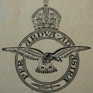 """""""Per ardua ad astra"""" Devise de la RAF, gravée sur chacune des tombes « À travers l'adversité, jusqu'aux étoiles"""""""