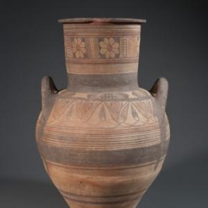 Archaïsche amfoor. De decoratie verraadt Oosterse en Egyptische invloeden (fries van lotusbloemen). Ca. 600 v. chr., KMKG, inv. A. 1485, ©KMKG