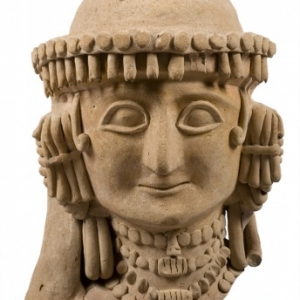 Vrouwelijke kop. Kyra, Agios Georgios Rigatos. Omstreeks 625-600 vóór Chr. Terracotta. H. 32,5 cm. Inv. : 1952/XII-3/4. Museum van Cyprus, Nicosia. © Departement van Oudheden.
