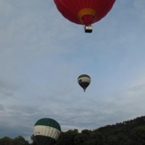 montgolfieres en faces de l entree des grottes de han