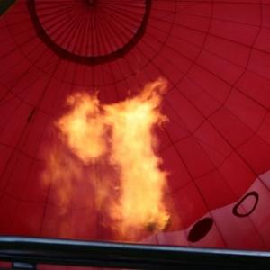 une flamme puissante met le ballon debout