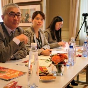 "TAN Shu, Directeur du ""Centre Culturel de la Chine"" / ZHAO Xiaolei, Representante du ""Shanghai Eastday Net"" / TAN Xuan, ""Deputy General Manager"" d ""Atlas Intlernational"" (c) Laszlo Arany"