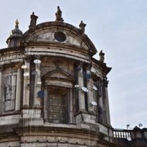 """Sur la facade de la Cathedrale, les paraboles de l artiste marocain Younes Baba-Ali (c) """"L Avenir"""""""
