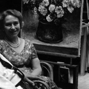 """Avec son epouse, Giorgio de Chirico face a l un de ses autoportraits (photo non exposee) (c) """"RAI"""""""